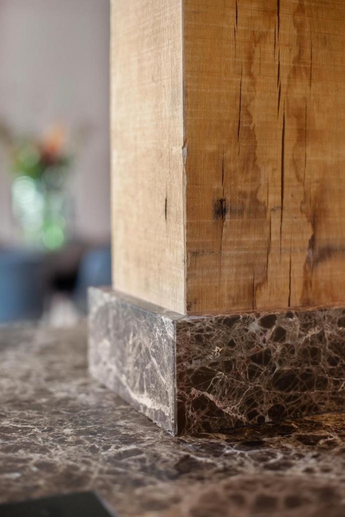 Stoere keuken brons donker hout marmer Beda Keukens