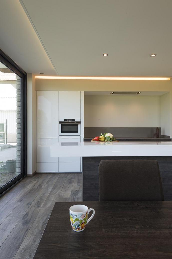 Strakke keuken hout grijs wit Beda Keukens