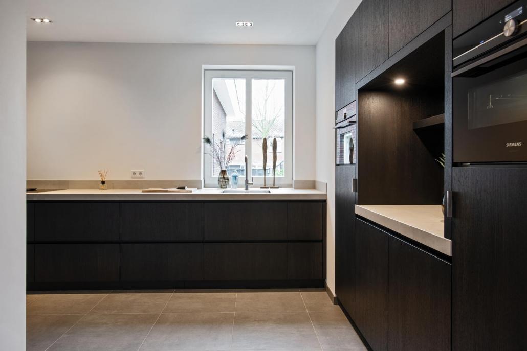 Strakke keuken zwart hout Beda Keukens